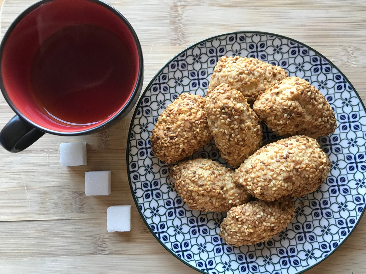 Sesame seeds biscuits: Biscotti con il sesamo. The best things aresimple!